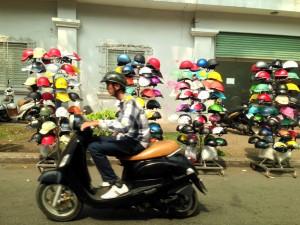 さすがバイクの国。ヘルメットはこんな風に陳列。