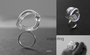 高臣さんが吹いたガラスを岩松さんがアクセサリーに仕上げる「USAPI」シリーズ。
