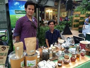 「タイの北部で採れたアラビカコーヒーです。お茶もいろいろありますよ」と言って、本当にいろいろなお茶を味見させてくれました。