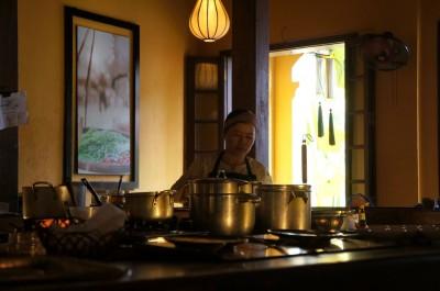 座席の中央にミニキッチンがある素敵な造りのレストラン。